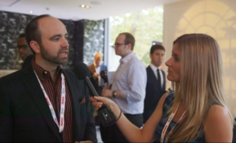 Photo of Joe Pulizzi being interviewed by Lucy Helliwell